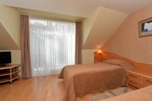 80 m² Keturviečiai apartamentai su 2 miegamasiais, balkonu ir židiniu. I-as kotedžas, apartamentai Nr. 2 -